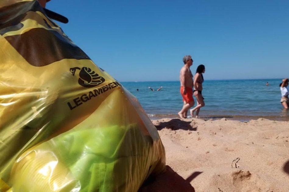 "Legambiente: ""Sulle spiagge sarde 505 rifiuti ogni 100 metri lineari"""
