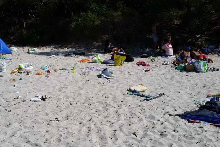 La spiaggia di Genn'e Mari devastata dai rifiuti