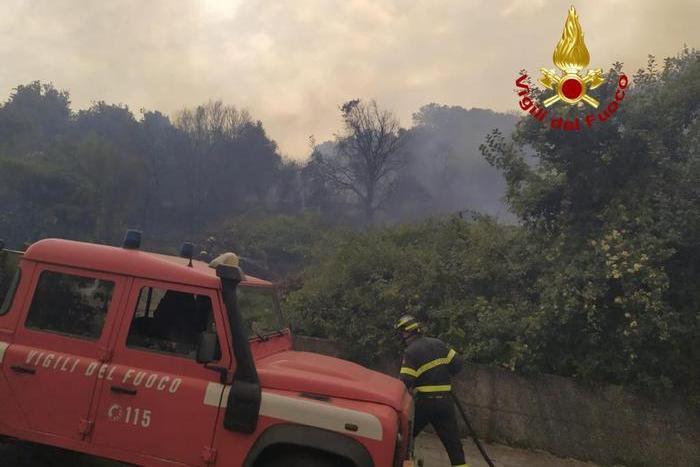 Uno degli incendi di questi giorni (Ansa - Vigili del fuoco)