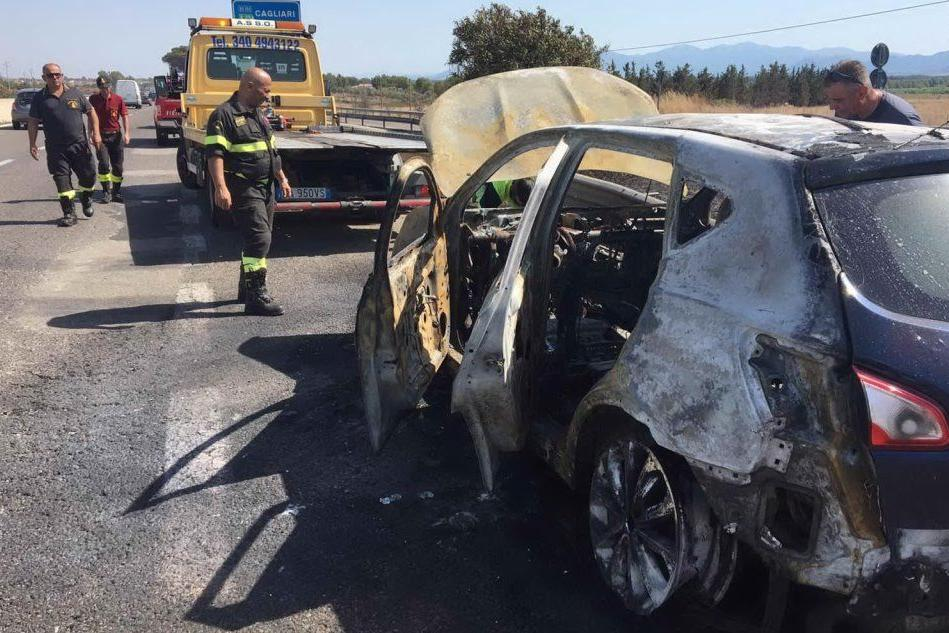 Incendio sulla 131: auto completamente distrutta