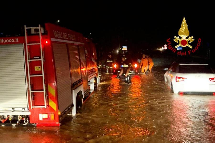 Bomba d'acqua sul Cagliaritano, strade allagate e automobilisti in trappola