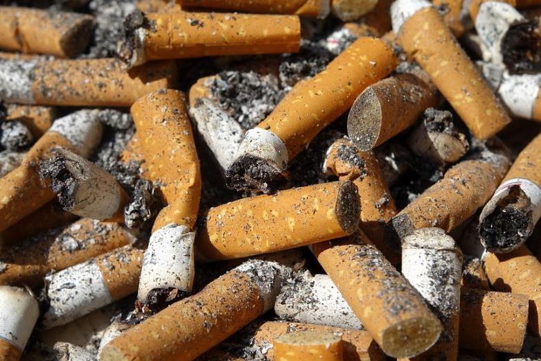 Nascondono la sigaretta sotto la sabbia a Platamona: 400 euro di multa a due bagnanti