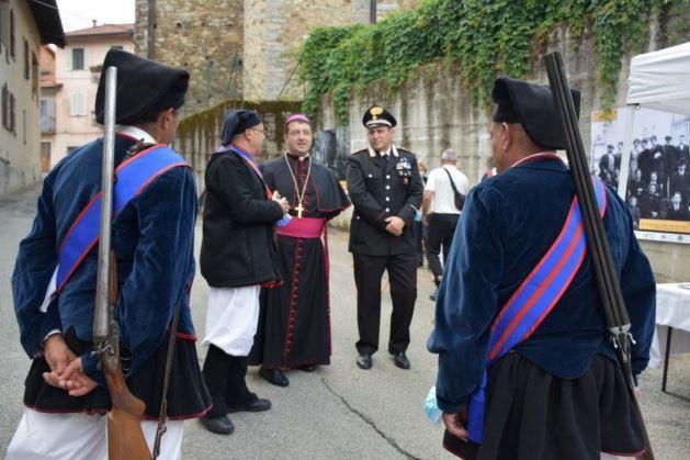 Biker e fucilieri sardi a Pettinengo per la visita del vescovo di Biella