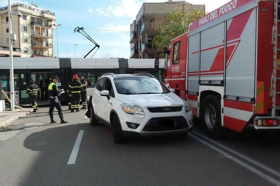"""Cagliari, """"brucia"""" il rosso: auto contro metropolitana leggera"""