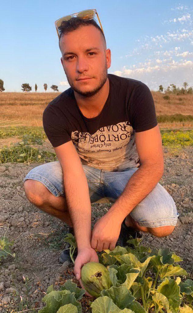 Mattia Piras e il suo campo danneggiato (foto Pintori)