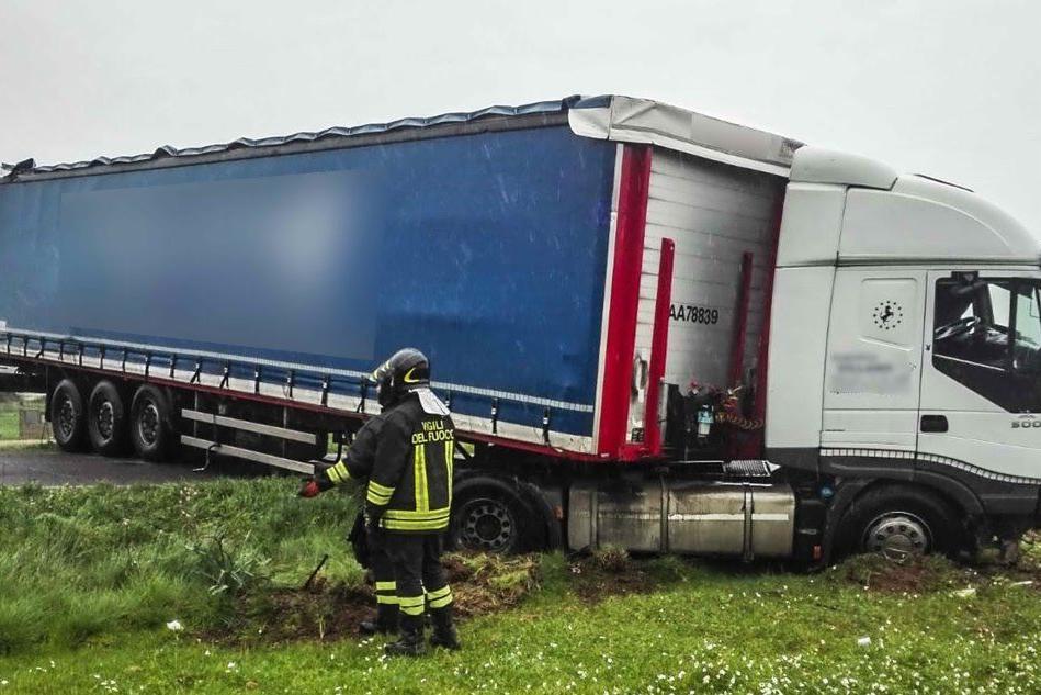 Villamassargia, il camion sbanda ed esce di strada: interviene l'elisoccorso