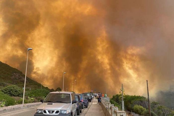 Uno degli spaventosi incendi dei giorni scorsi nell'Oristanese (Ansa)