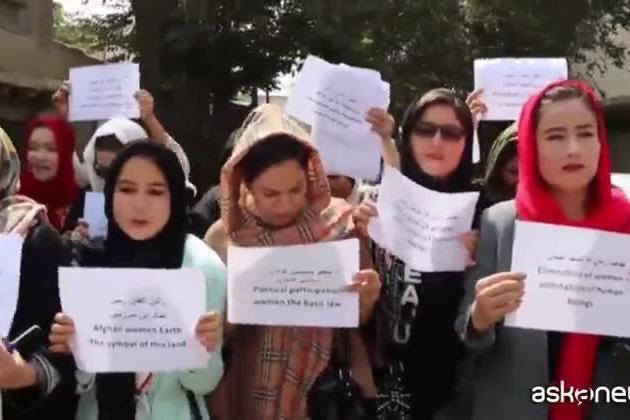 """Afghanistan, la protesta delle donne di Kabul: """"Fateci lavorare"""""""