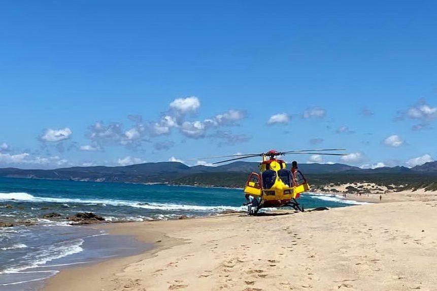 L'elisoccorso atterrato nella spiaggia di Piscinas (foto Pintori)