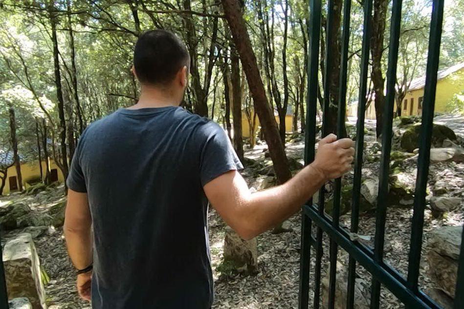 Villacidro, una struttura abbandonata e un cancello aperto che consente l'ingresso a tutti