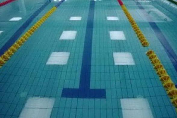 Gioca con gli amichetti in piscina e rischia di annegare: grave una bimba di tre anni