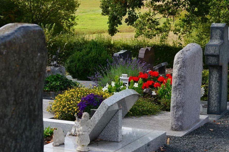 Si appoggia alla lapide che cede: bimbo precipita nella tomba