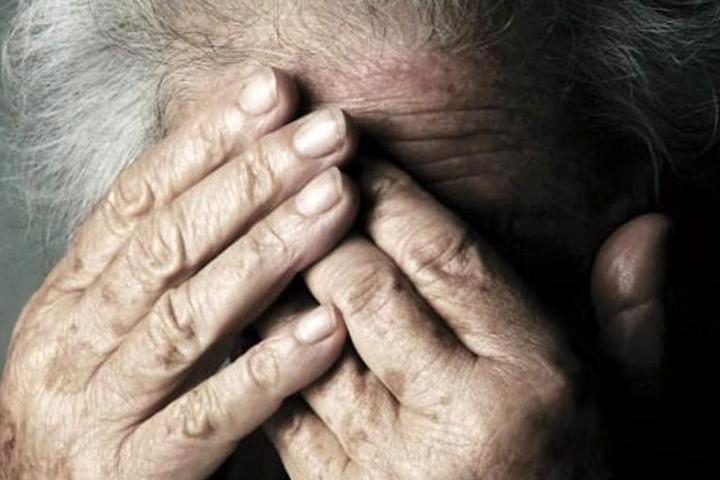 Cagliari, schiaffi e botte all'anziana madre: 49enne in carcere