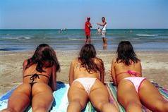 Ragazze in bikini al mare (Ansa)