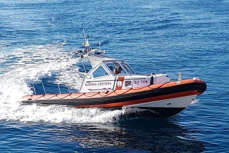 Alla deriva tra capo Ceraso e Tavolara, la Guardia Costiera porta in salvo nove turisti