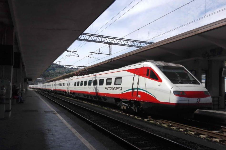 """""""Neg** di mer*a, torna al tuo Paese"""", addetto alle pulizie insulta la passeggera di un treno"""