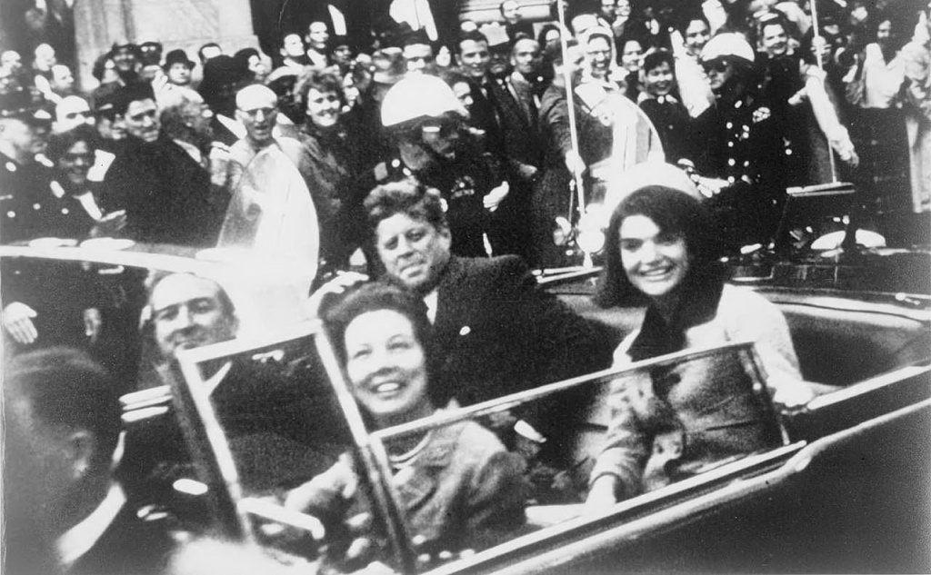Kennedy a Dallas, nell'auto presidenziale con la moglie Jacqueline, poco prima dell'omicidio