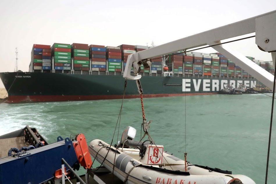 Mega cargo s'incaglia e blocca il canale di Suez
