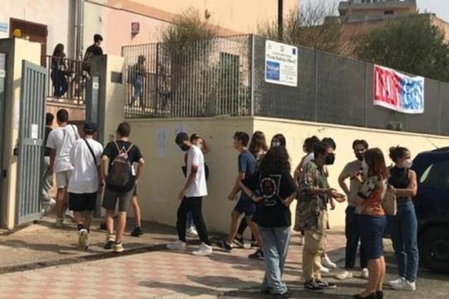 """Vandali """"infiltrati"""" tra gli studenti: Cagliari, sospesa l'occupazione del liceo Alberti"""