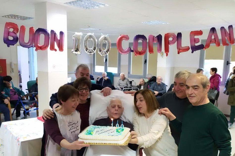 La festa dei cento anni di Mario Serra (foto Pintori)