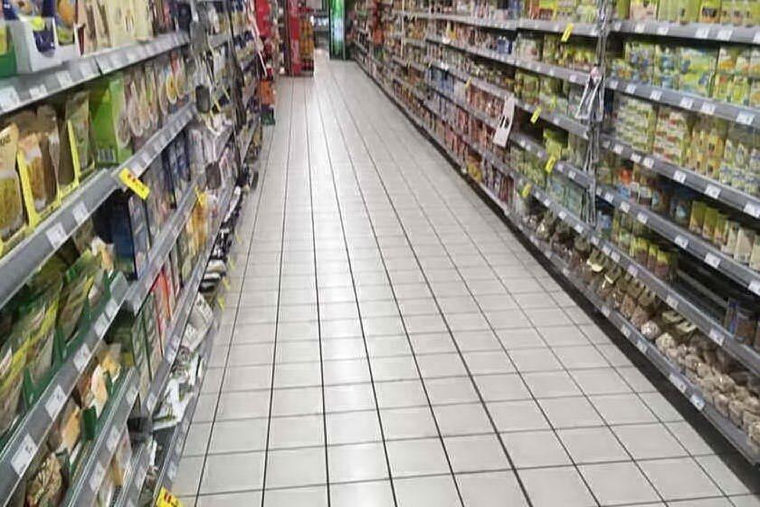 Sieropositivo nasconde 3 siringhe tra gli scaffali del supermercato, denunciato