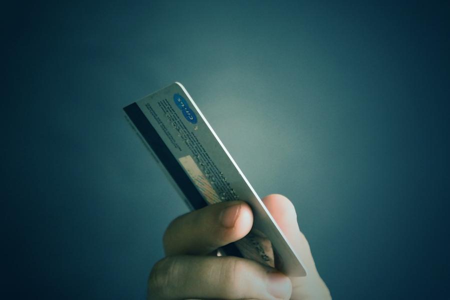 Troppespese con la carta di credito, poi la scoperta: il figlio ci paga una prostituta