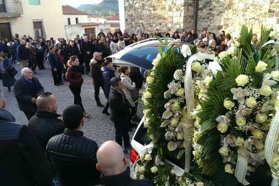 Galtellì, folla commossa per l'ultimo saluto a Francesco