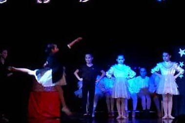 Le avventure di Alice in uno spettacolo di danza a Macomer