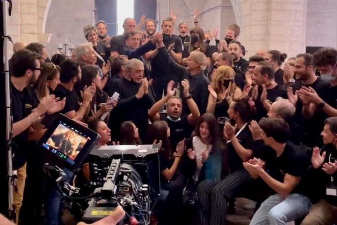 """Terence Hill e l'addio a """"Don Matteo"""": commozione e abbracci per l'ultimo ciak sul set"""