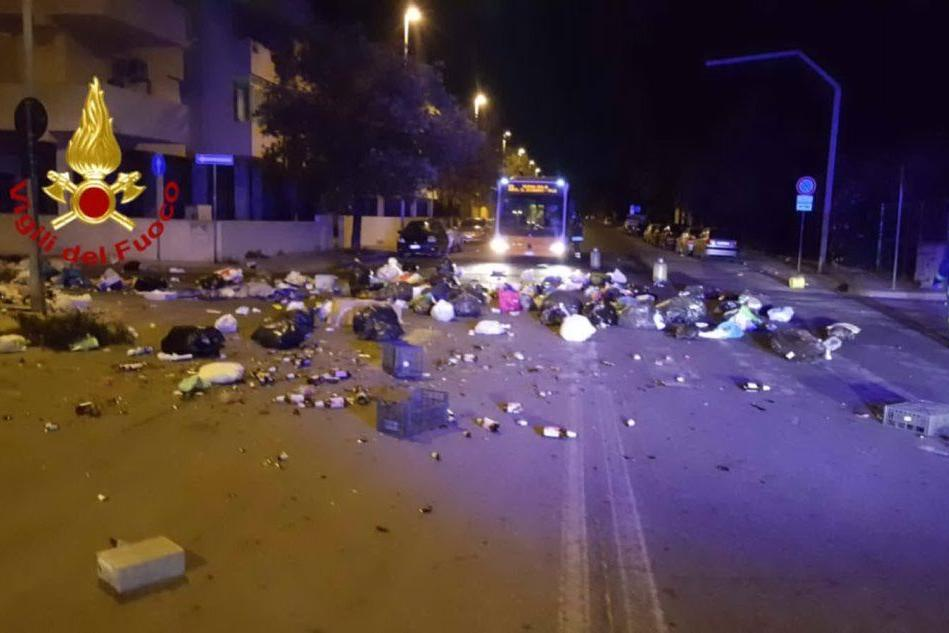 I sacchi dell'immondizia gettati in strada in viale della Musica (Foto vigili del fuoco)