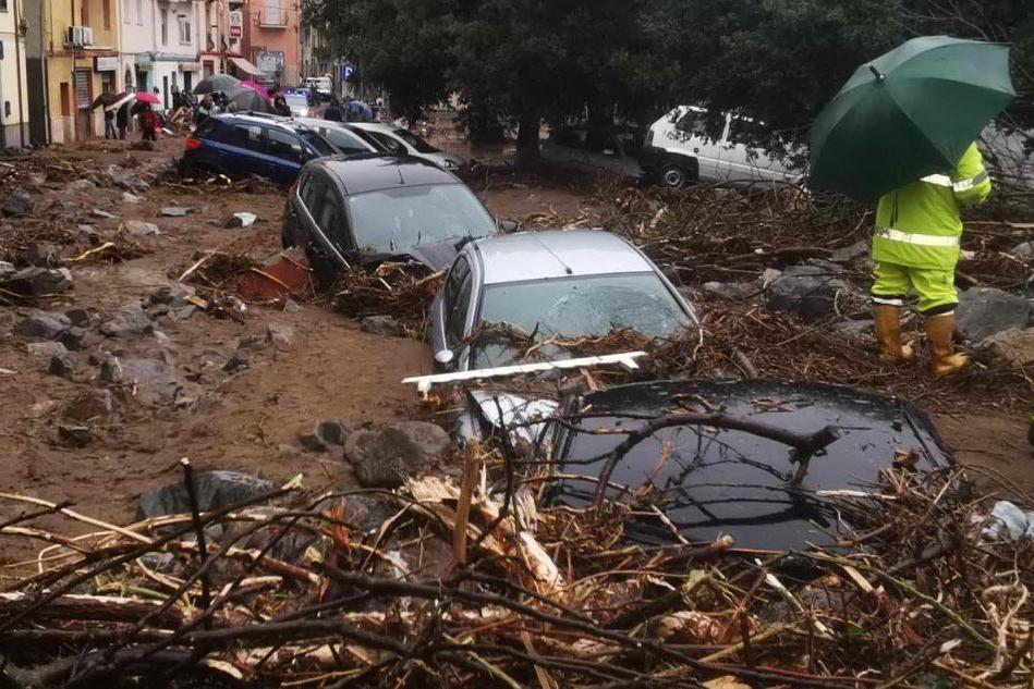 Bitti, strade e auto ricoperte dal fango (L'Unione Sarda - Gualà)