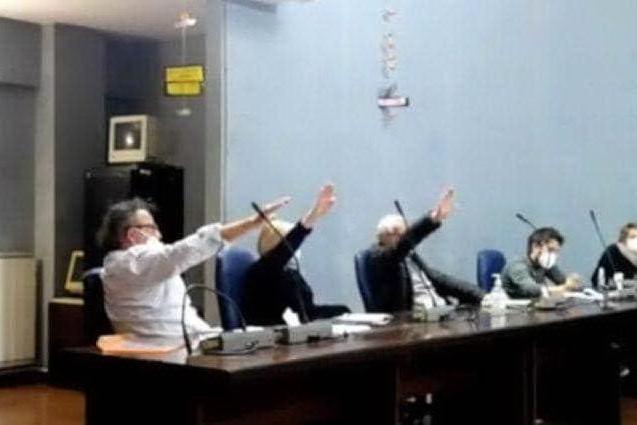Saluti romani in consiglio comunale nel Giorno della Memoria