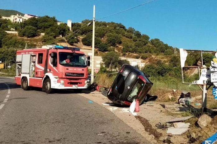 Sbanda sulla circonvallazione e si ribalta: incidente mortale a Lanusei