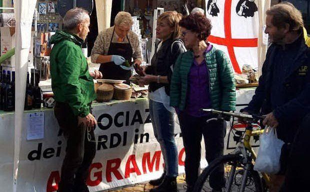 """Promozione dei prodotti tipici alla Fiera del Sedano rosso organizzata dal Gruppo d'acquisto Solidale \""""Kent'annos\"""""""