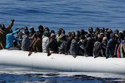 Barca con 40 migranti in difficoltà, arrivano i soccorsi da Malta