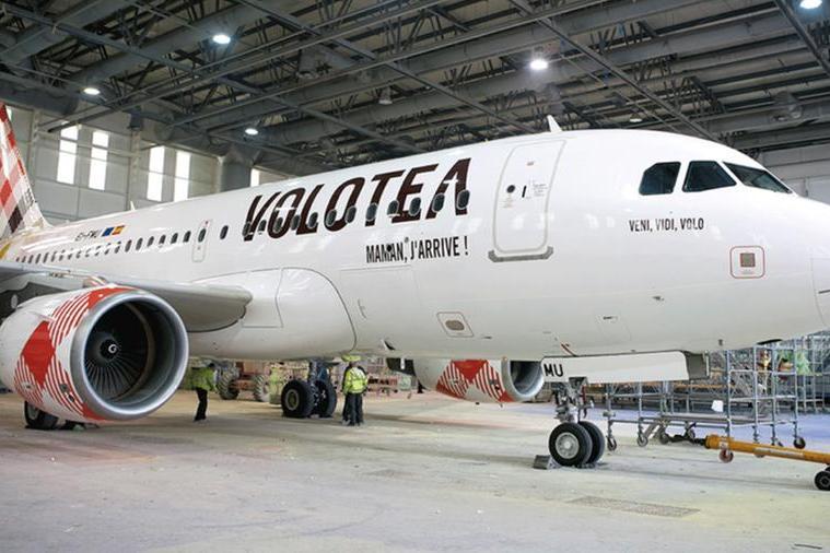 Un aereo di Volotea nell'hangar (L'Unione Sarda)