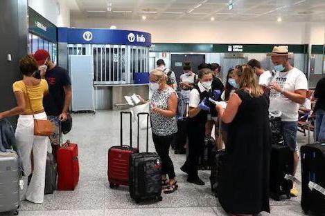 """Controlli agli arrivi, verso l'ordinanza: """"Tamponi solo per i turisti stranieri"""""""