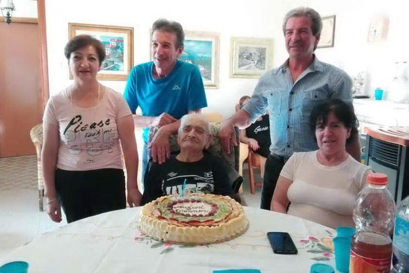 La festa per i 105 anni di Antonio Luigi Melis lo scorso settembre (foto Antonio Pintori)