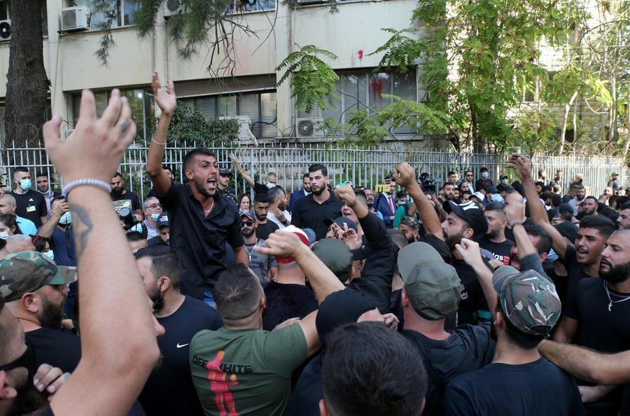 Le proteste davanti al Palazzo di Giustizia (Ansa)