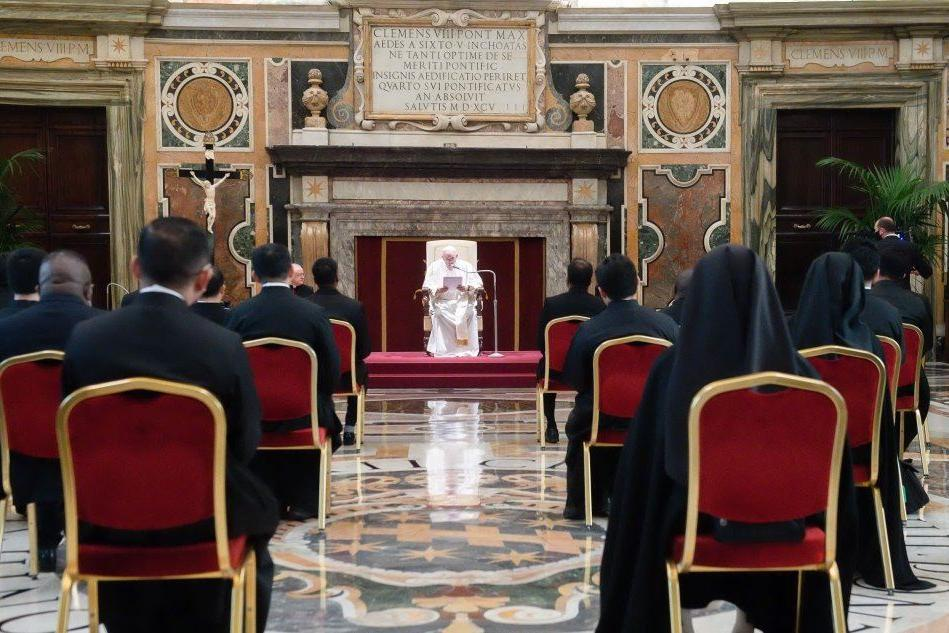 C'è crisi anche in Vaticano, il Papa taglia gli stipendi ai cardinali