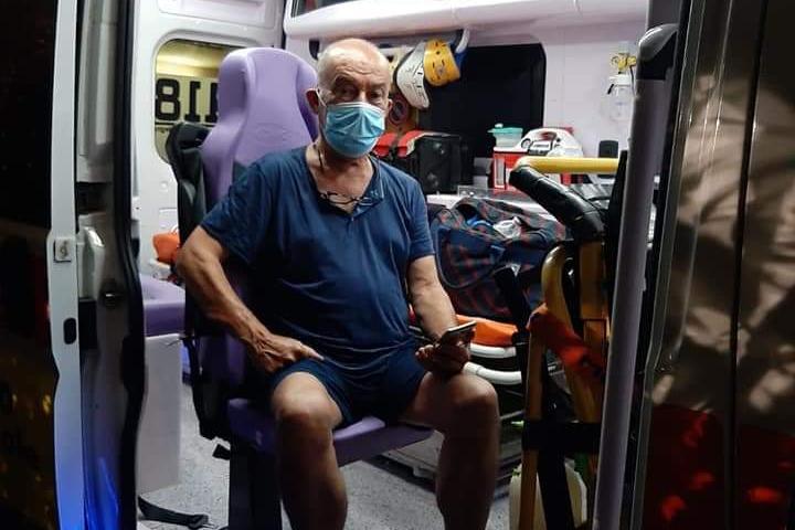 Giacomo Lampis, 74 anni, a bordo dell'ambulanza del 118 in cui è rimasto parecchie ore (foto L'Unione Sarda - Murru)