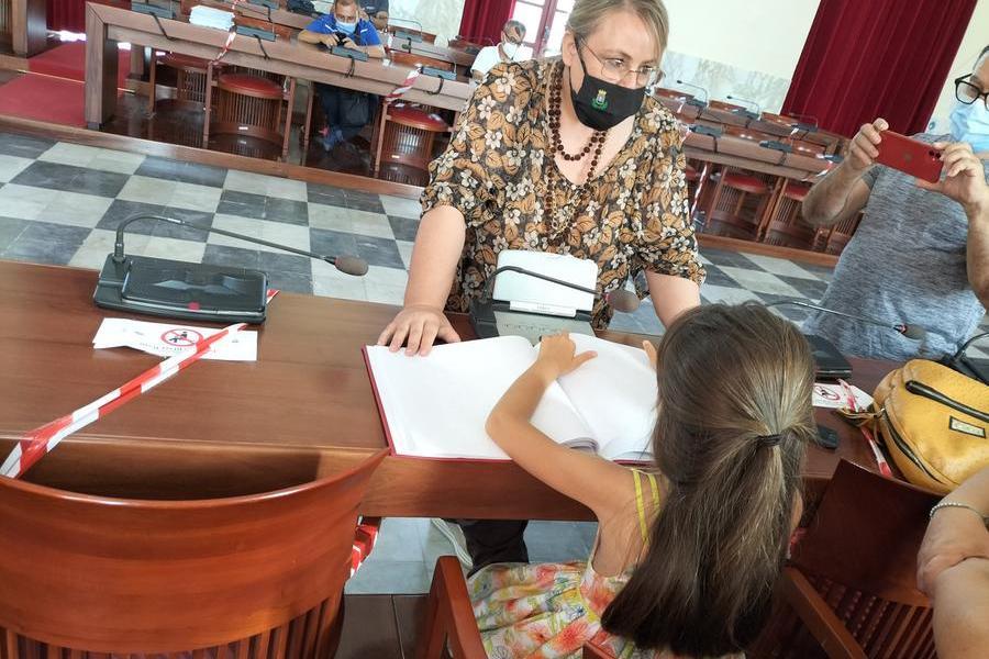 La bambina durante la lettura del documento (L'Unione Sarda - Scano)