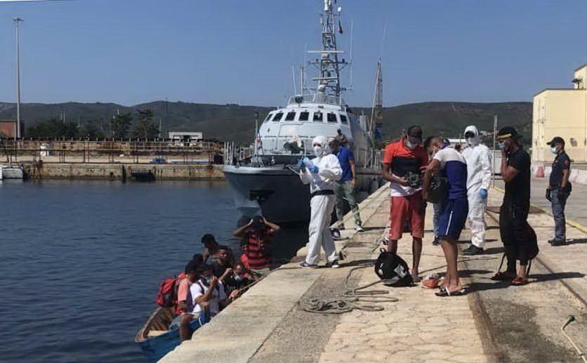 L'arrivo di un gruppo di migranti (L'Unione Sarda - Murru)