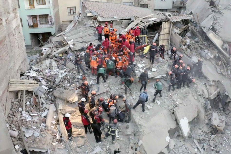 Terremoto, si scava ancora alla ricerca di sopravvissuti