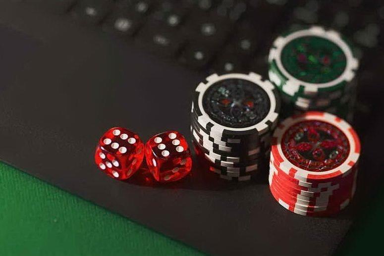 Percepiscono il reddito di cittadinanza e giocano d'azzardo online: venti indagati