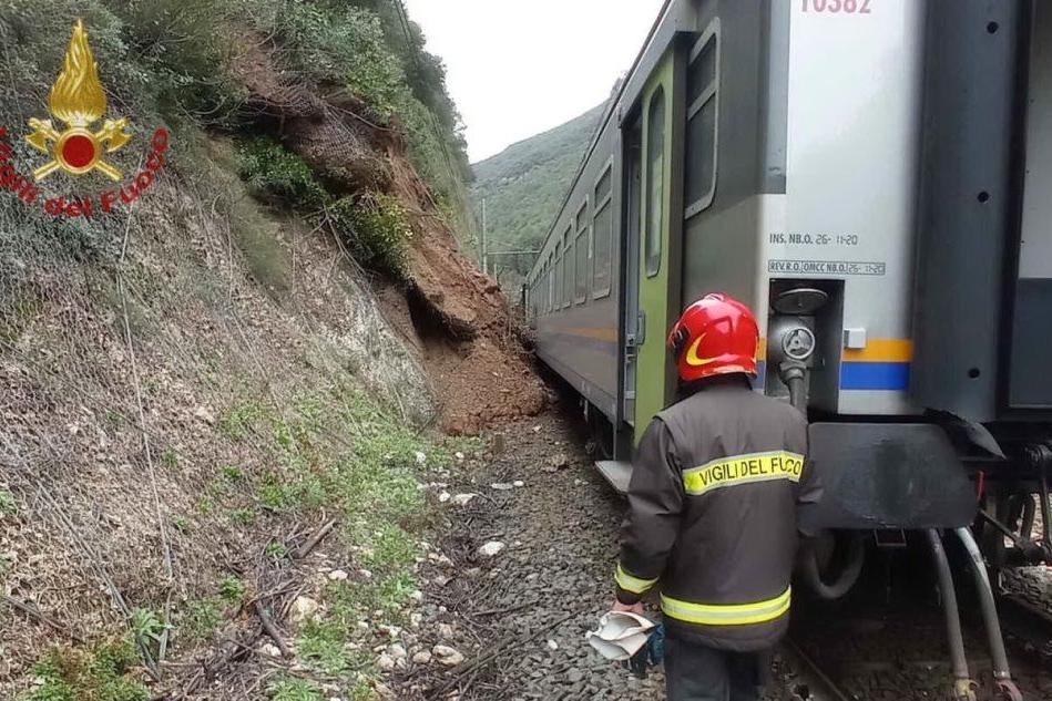 Frana sui binari, treno deraglia: 70 passeggeri a bordo, nessun ferito