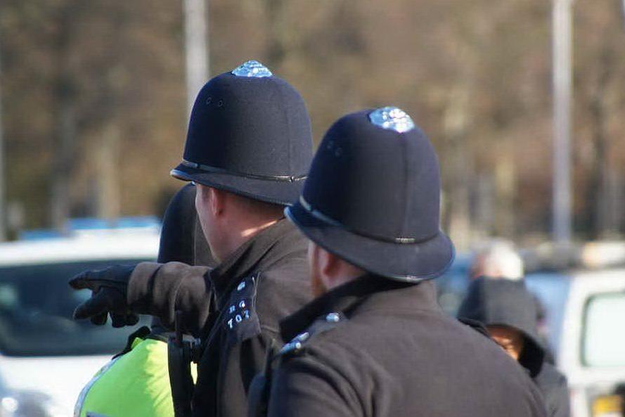 Vanno a tagliarsi i capelli nonostante i divieti, multati 31 poliziotti