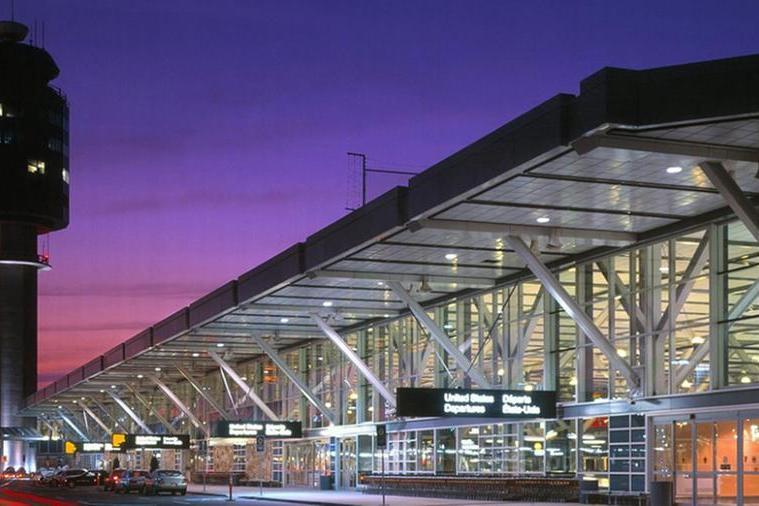 Sparatoria all'aeroporto di Vancouver, ucciso un uomo
