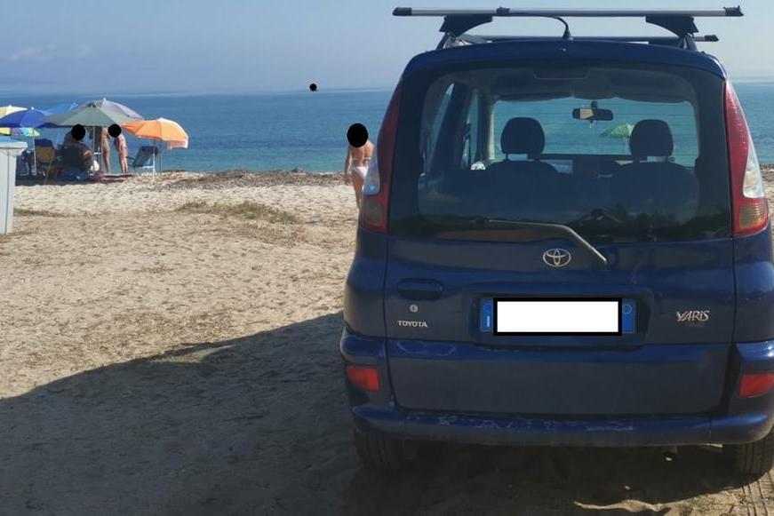L'auto parcheggiata in spiaggia (foto ufficio stampa)