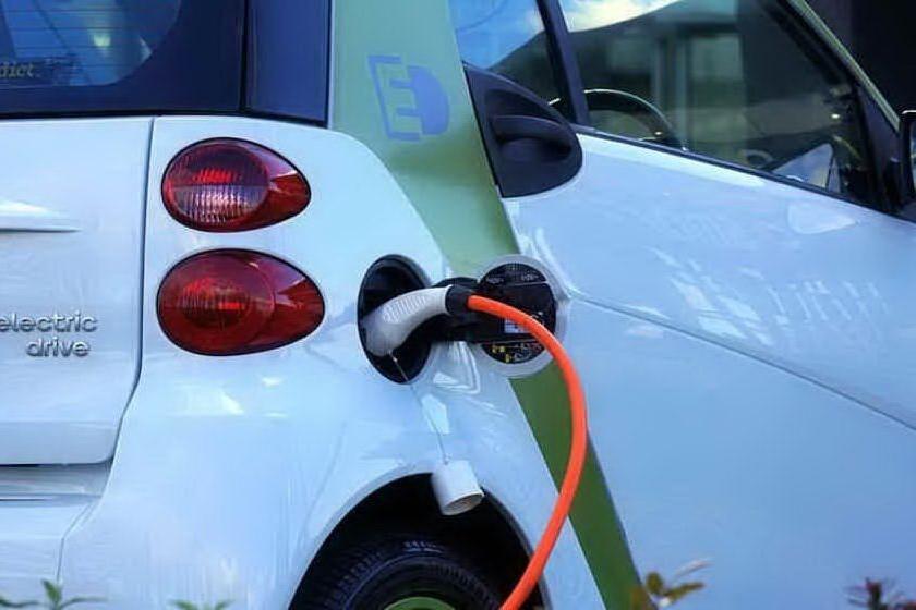 Mobilità elettrica, bando per le colonnine riservato alle piccole e medie imprese